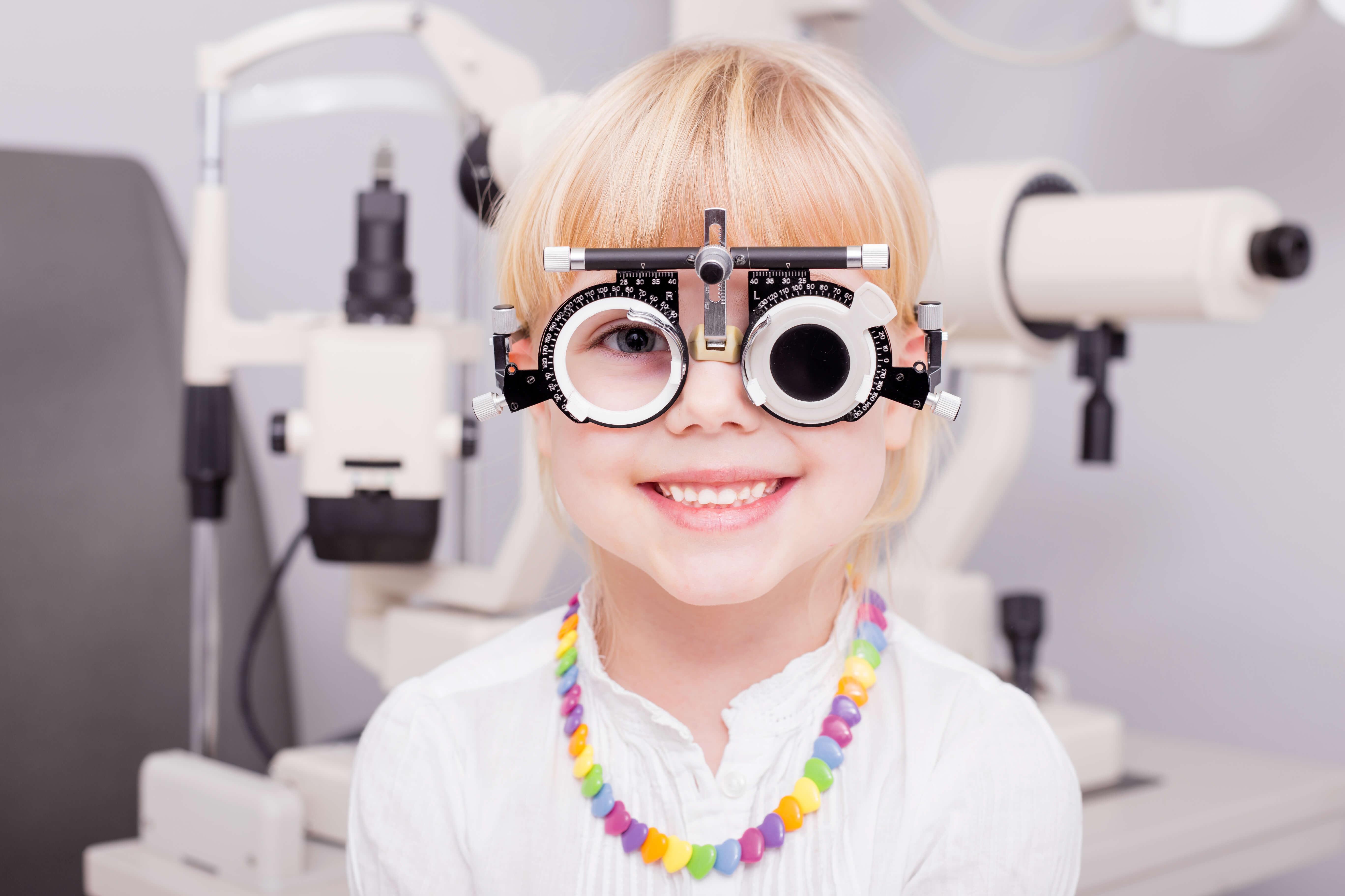 lány látásvizsgálata